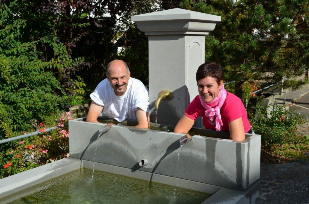 Kneippbrunnen Beggingen mit Paar